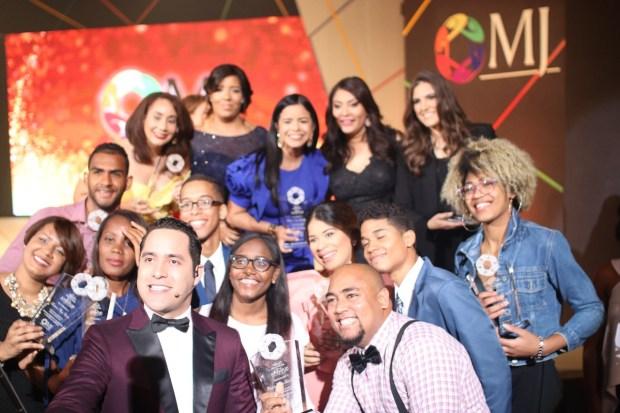 Los ganadores junto a la Ministra de la Juventud Robiamny Balcácer