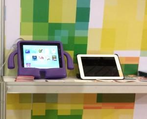 [Foto 3: Dois iPads no stand do Brasil, um com os Apps da Storymax e outro com o nosso catálogo]