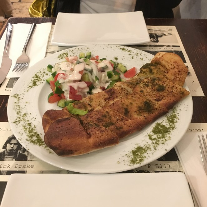 Za'atar Crust - Teig gefüllt mit Feta und Zwiebeln