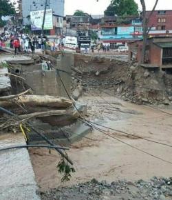 12 doden en 1067 families getroffen door hevige regenval