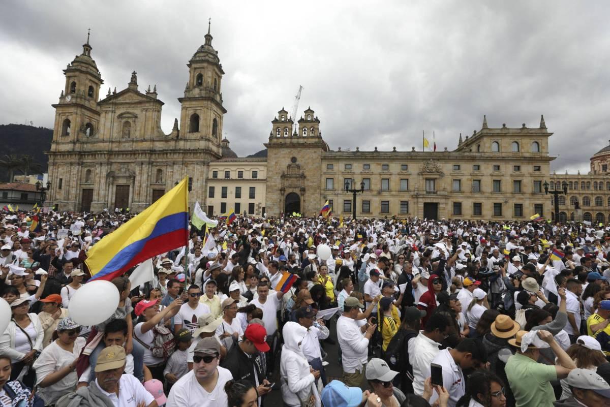 Duizenden Colombianen lopen mars tegen terreurgeweld na aanslag politieacademie