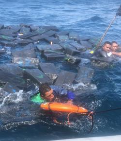 Drugssmokkelaars dobberen urenlang op zee met meer dan 1200 kilo cocaïne
