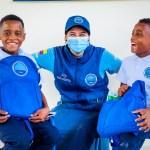 Los voluntarios de la Fundación llevaron felicidad a los niños de Puerto César con la entrega de kits escolares.