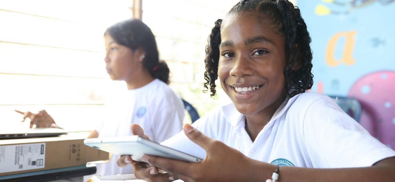 Con alegría los estudiantes de la Institución Educativa Puerto César, sede Puerto Bello recibieron tablets y computadores de última tecnología.