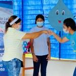 A través de una obra de teatro, los estudiantes de la Institución Educativa Puerto César, sede Puerto Bello en Turbo • Antioquia, aprendieron sobre la importancia del autocuidado para combatir al Covid-19.