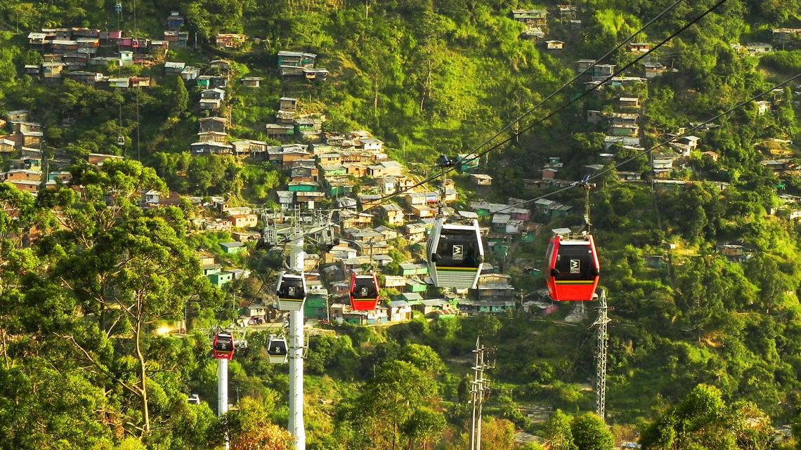 Kabelbaan over de sloppenwijken Medellin