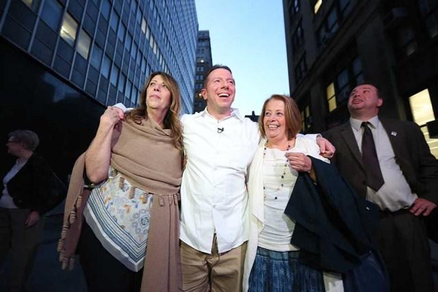 Johnny Hincapie deja la corte con su familia despues de 25 años. Foto Credito: Mariela Lombard / El Diario.