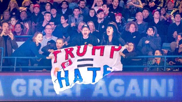 Manifestantes tras conocer que Trump pospuso su mitin en Chicago.