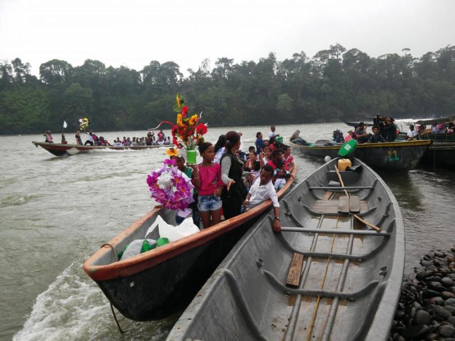 Campesinos trasladándose a La Playa, en canoas para despedir a uno de los asesinados.
