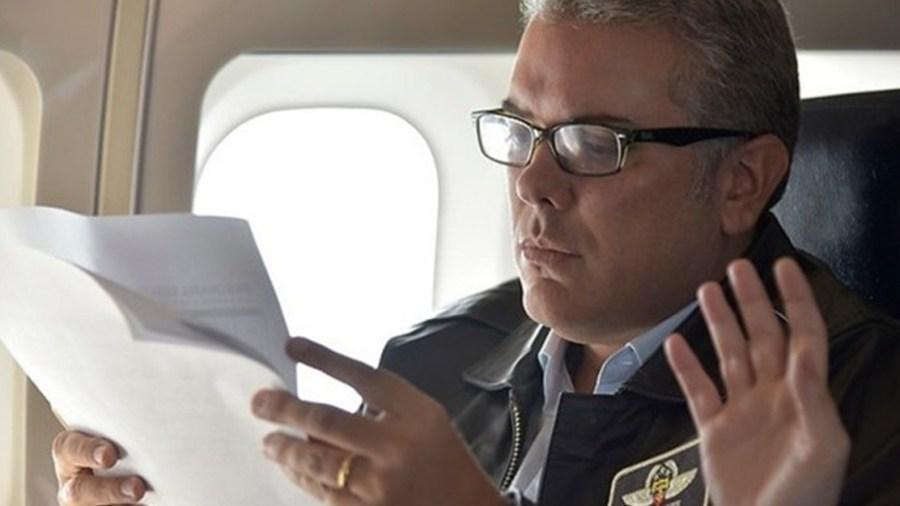 ivan duque presidente avion leyendo paris