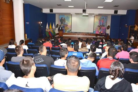"""Álvaro Jiménez en la ponencia """"De la barbarie de las minas al acuerdo de la esperanza"""" ante un auditorio de estudiantes del ITM. Foto: ITM"""