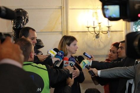 Megan Burke, directora de ICBL-CMC, en la rueda de prensa posterior al encuentro con el presidente de Colombia