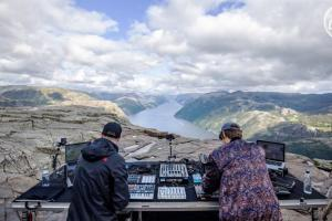cercle live sets incredible scenery