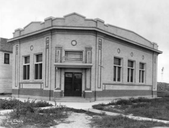 Arriba - The Lincoln State Bank, 1919. Lettering on doors - The Lincoln State Bank, Safety Deposit Boxes For Rent, 4 Percent Paid On Time Deposits, Banking Hours 9 AM. T 4 PM.