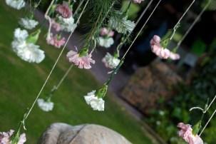 Colores-de-boda-photobooth-claveles-suspendidos-laura-y-raul_0026