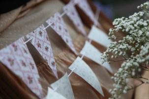 colores-de-boda-6-bienvenida-banderitas-laura-cesar