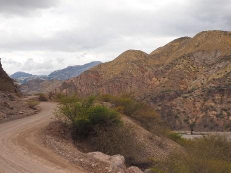 Wüste mit farbigen Felsen