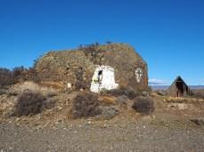 Im kleinen Häuschen rechts gibt's ein windgeschütztes Mittagessen