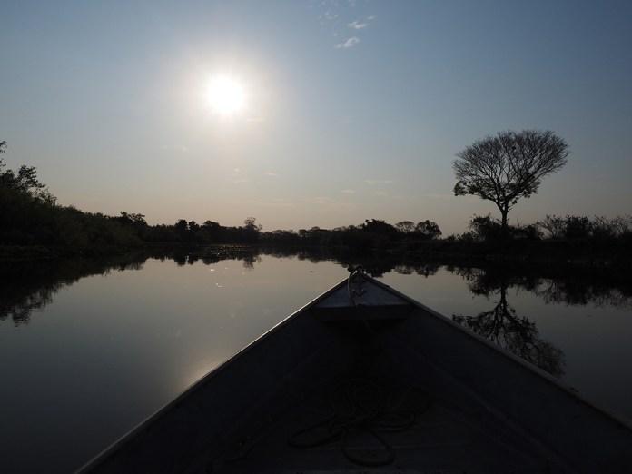 Langsam geht die Sonne unter auf dem Rio Miranda