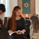 Meira (17) lebt als religiöse Jüdin in Osnabrück. / Foto: ZDF und Jan Tenhaven