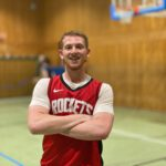 Roman (19) spielt Basketball im jüdischen Sportverein Makkabi Frankfurt. / Foto: ZDF und Jan Tenhaven