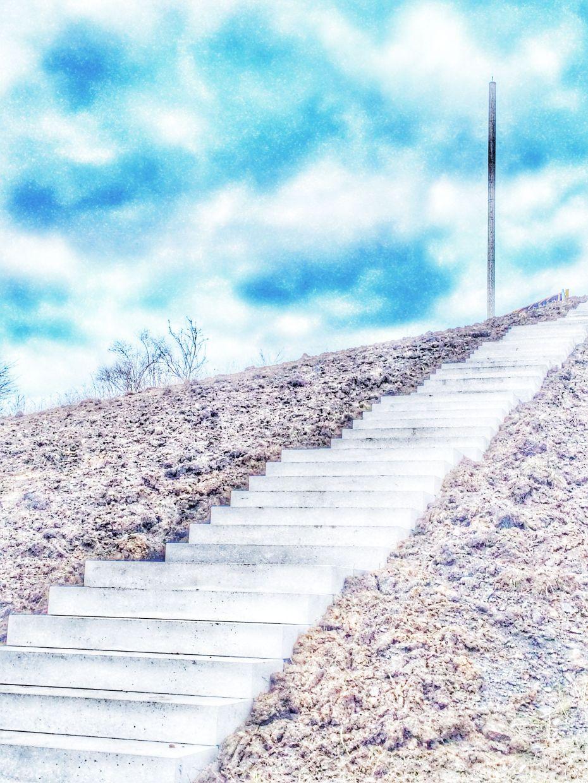Treppen führen auf die Spitze der Halde