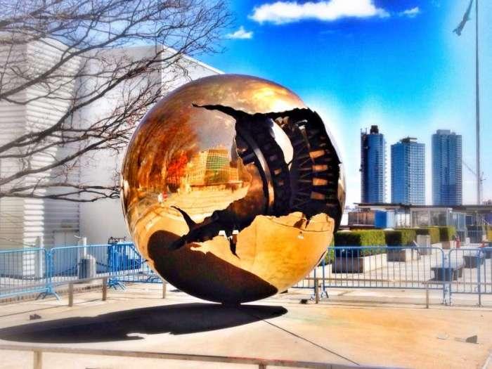 Welt-Skulptur am Eingang zum UNO-Gelände