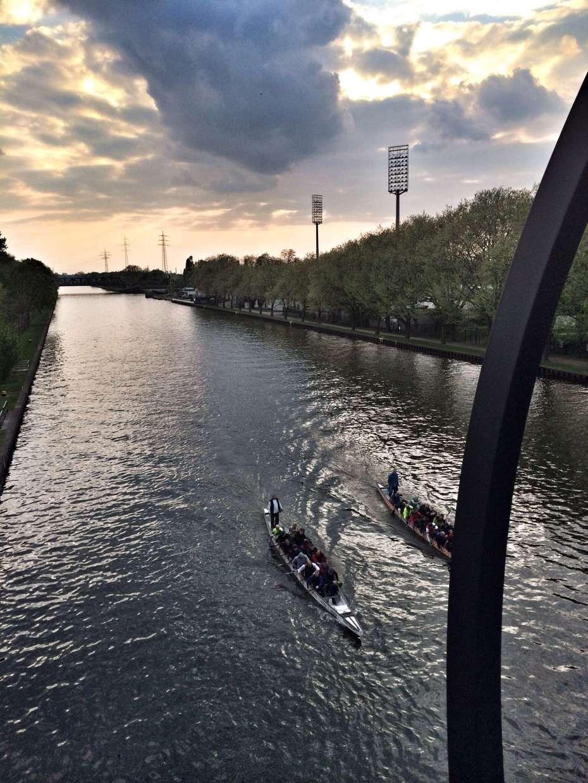 Blick von der Brücke. Im Hintergrund: Niederrhein-Stadion