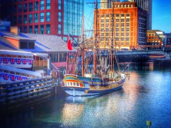 Das Boston Tea Party Museum mit Schiffsnachbau