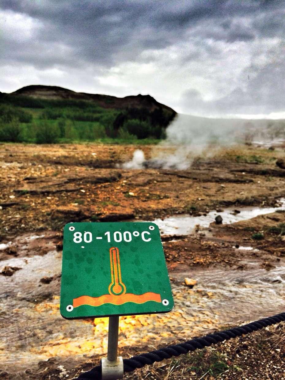 Schilder warnen: Das Wasser von Geysiren ist heiß