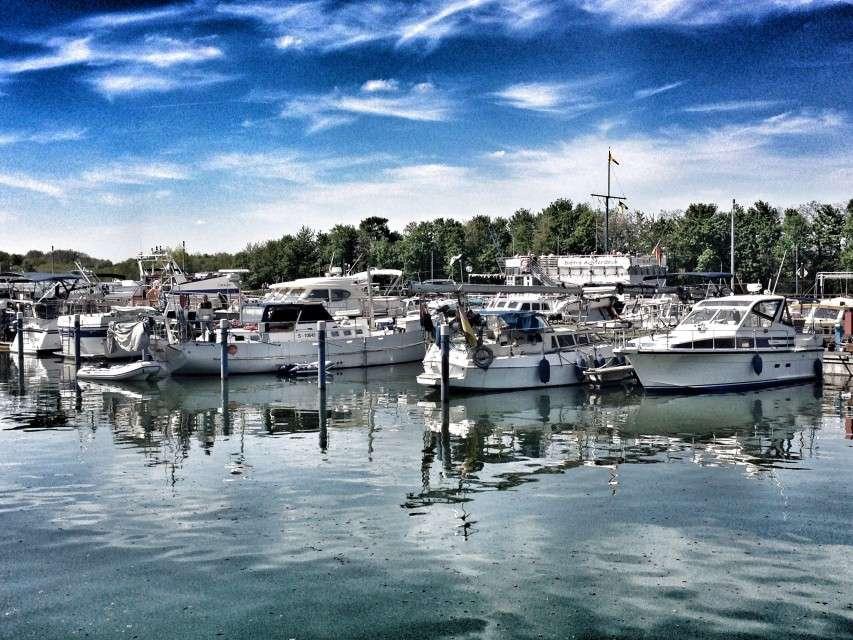 Der kleine Hafen in der Marina Rünthe
