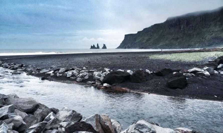 Vik – tosendes Meer, Lavastrand und schwarze Felsen