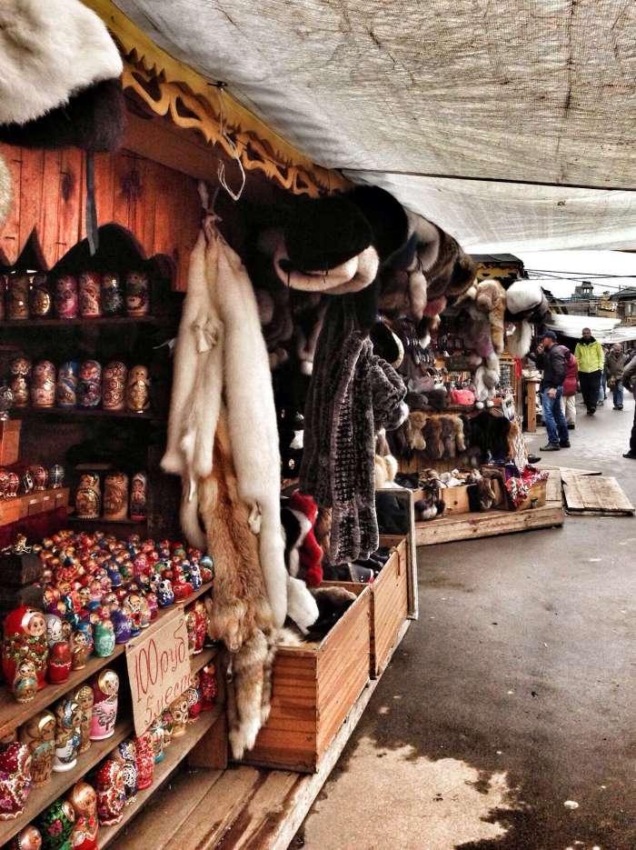 Pelze an einem Stand auf dem Handwerkermarkt