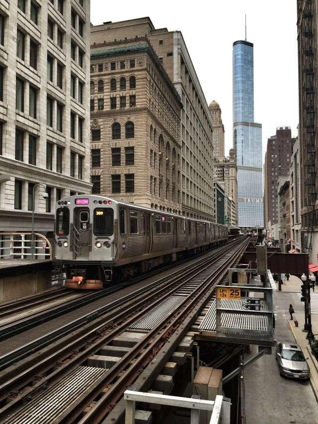 Die Hochbahn fährt durch die City von Chicago. Im Hintergrund: Das Trump-Hochhaus mit Hotel