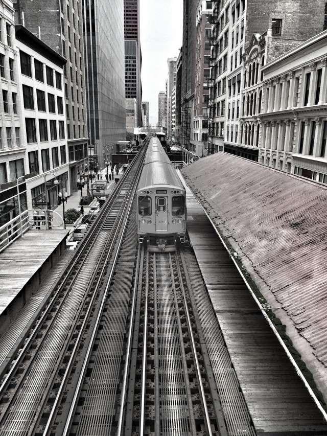 Die silberne Hochbahn auf der Strecke durch die City von Chicago