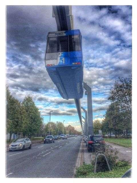 H-Bahn fährt durch den Dortmunder Technologiepark