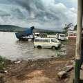 Kleinbus und LKW stehen im Viktoriasee, um gewaschen zu werden