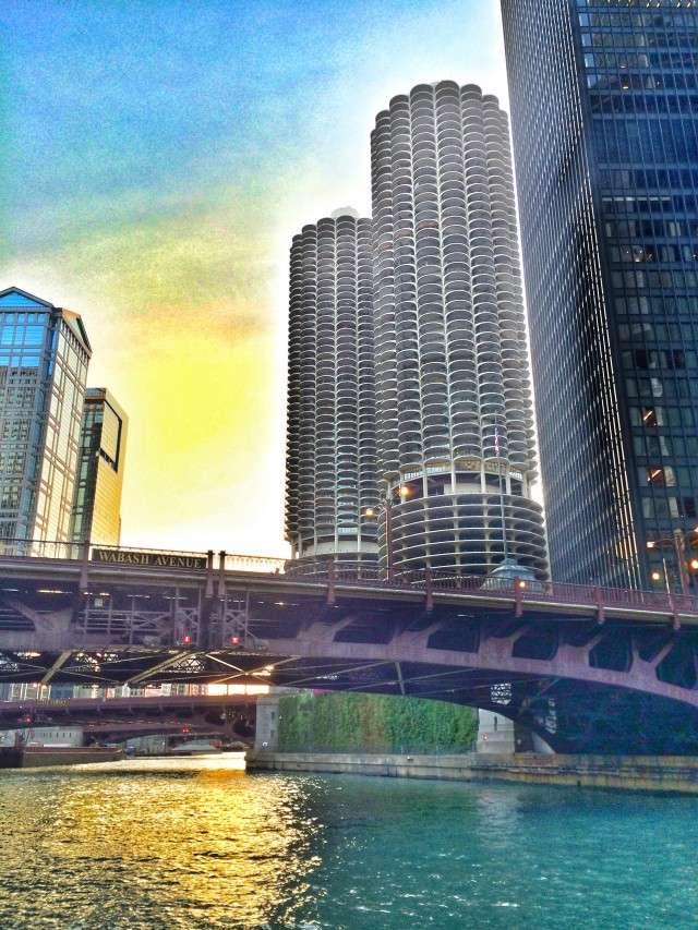 """Die """"Maiskolben"""" stehen direkt am Chicago River"""