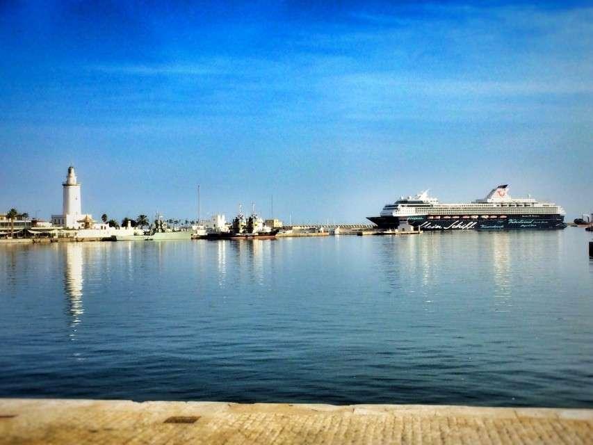 Kreuzfahrt-Schiff im Hafen