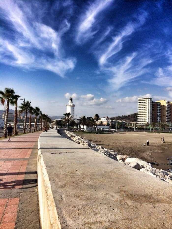 Blick vom Kreuzfahrt-Terminal auf den Leuchtturm - rechts der Stadt-Strand