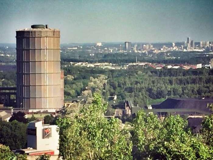 Blick von der Halde - im Hintergrund: Die Skyline von Essen