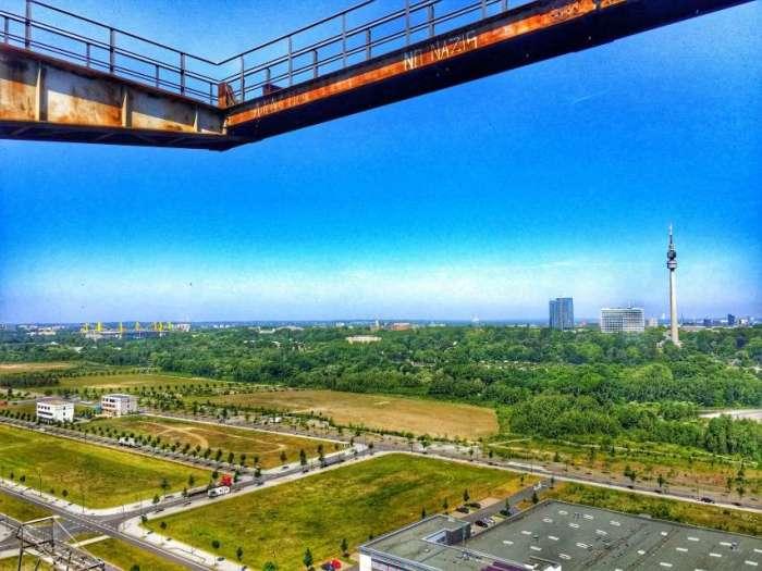 Blick vom Skywalk auf Dortmund (links: Signal Iduna Park, rechts: Florian im Westfalenpark)