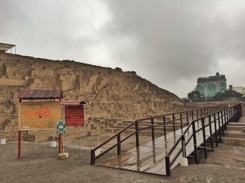 Pyramide mitten in Lima