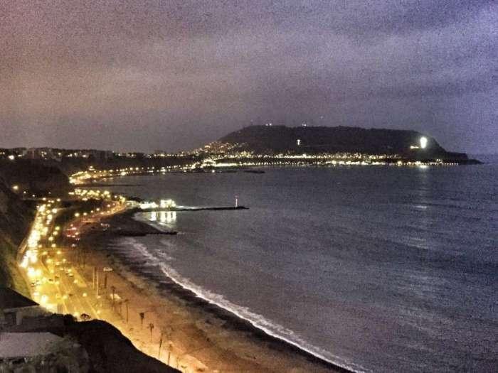 Die Küste in Lima bei Nacht