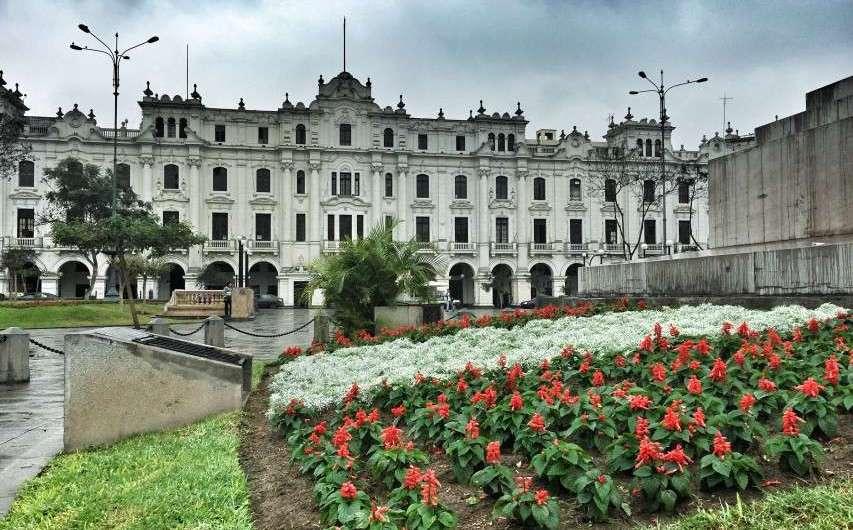 Der prächtige San Martin – Platz in Lima (und die leerstehenden Paläste)