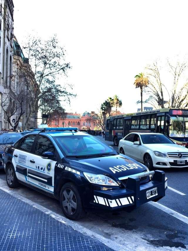 """Polizeiwagen mit """"Rammbock"""" - vor dem Parlament von Argentinien (rotes Gebäude im Hintergrund)"""