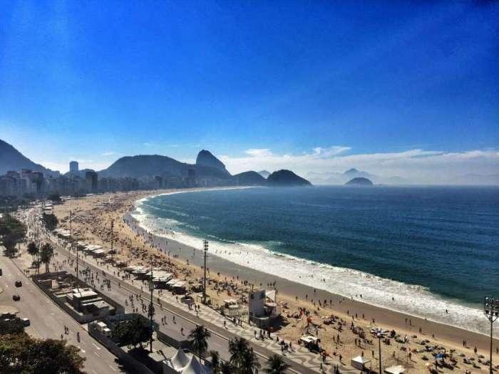 Die berühmte Copacabana - im Hintergrund: Der Zuckerhut