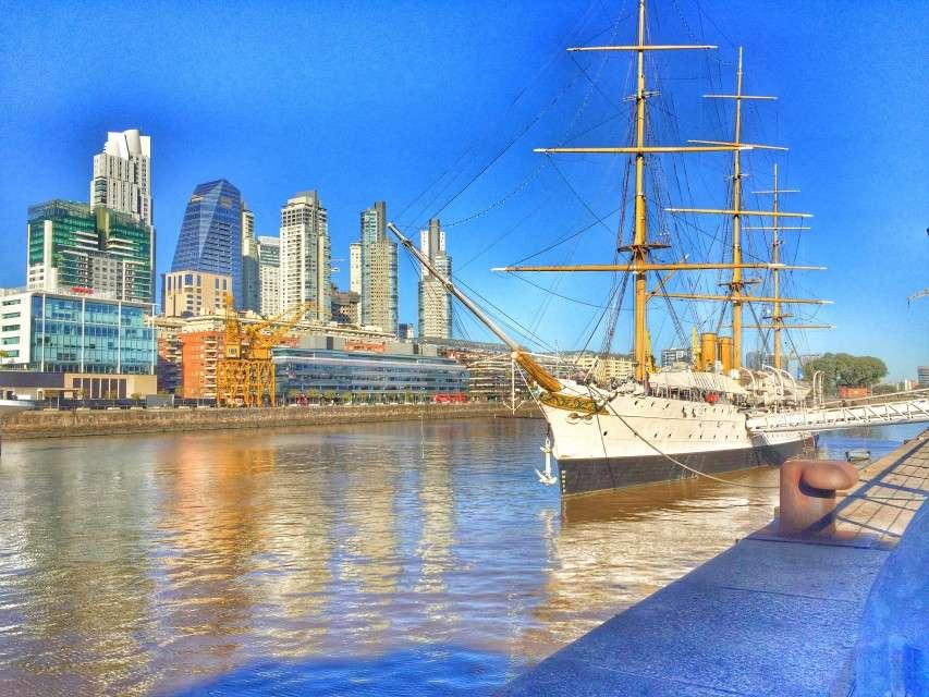 Im Hafen liegen alte Kriegsschiffe der argentinischen Armee