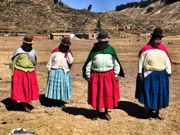 Frauen auf einem Dorf auf der Isla del Sol in Bolivien