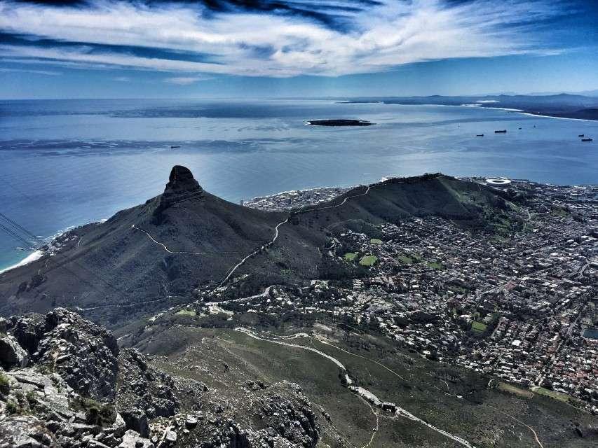Blick vom Tafelberg auf Kapstadt - oben im Meer: Robben Island